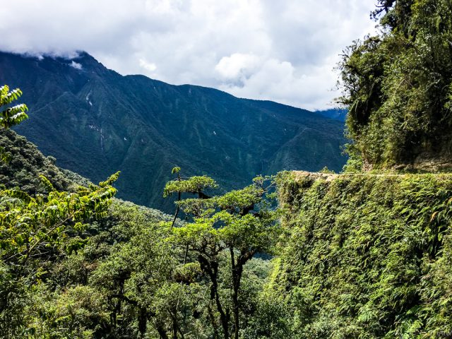 """The """"Death-Road"""" – Mountain biking downhill 4,000 meters through the Yungas"""