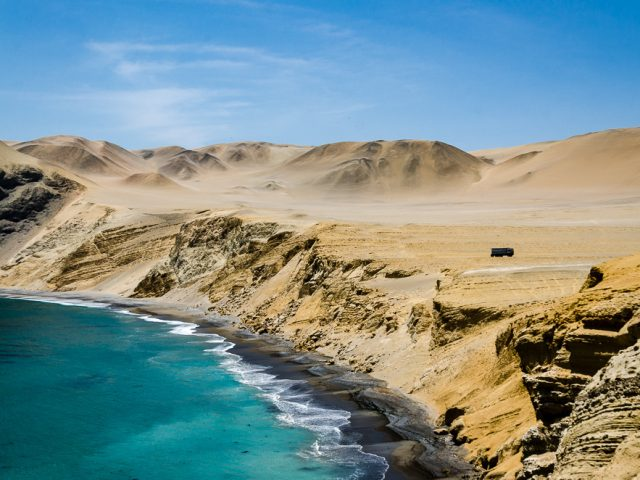 Peruanische Küstenwüsten mit atemberaubender Brandung